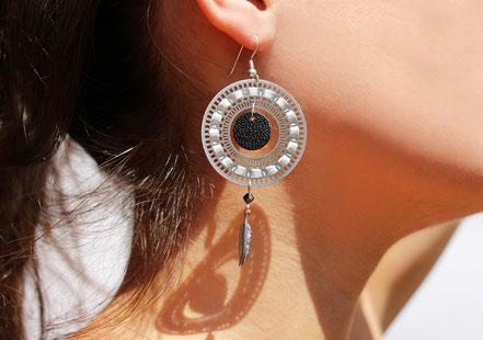 bijoux créateur, bijou fait main, bijoux cuir, créateur de bijoux, créatrice bijou, boucles d'oreille cuir, bijoux noir et argenté, boucles d'oreille argent, boucles d'oreille créôle, boucles d'oreille argent, bijoux plume, plume argent, sarayana,