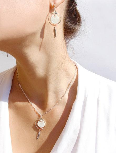 boucles d'oreille cuir, bijoux cuir, blanc, bijoux argent, créôle, boucles d'oreille ethnique, bijoux ethnique, bijoux fait main, boucles d'oreille plume, plume argent, sarayana, abijoux perle miyuki, bijoux élégant, bijoux femme, bijoux raffiné,