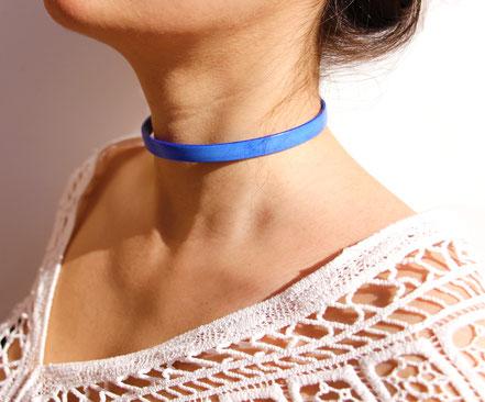 collier ras du cou, choker necklace, collier bleu électrique, collier lanière de cuir bleu, collier minimaliste, tour de cou cuir