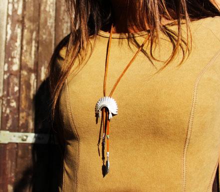 sarayana, bijoux amérindien, franges de cuir, plume argent, coiffe amérindienne, plumes, fait main, bijoux lanières de cuir marron