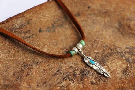sarayana, collier cuir, lanière de cuir marron, plumes argent, bijoux fait main, collier femme, style amérindien ethnique, perles miyuki