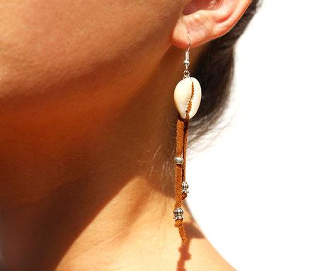 boucles d'oreille créateur, boucles d'oreille cuir, bijoux créateur, boucles d'oreille franges, ethnique-chic, boucles d'oreille coquillage cowrie, bijoux fait main, franges de cuir, bijoux ethnique-chic, sarayana, bijoux franges de cuir marron camel