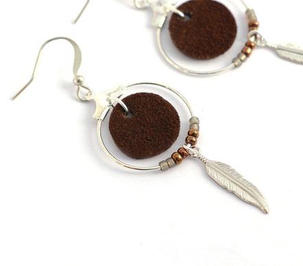 bijoux cuir, boucles d'oreille cuir, sarayana, bijoux argenté, bijoux marron, boucles d'oreille plume argent, bijoux ethnique-chic, bijoux fait-main, boucles d'oreille ethnique-chic, boucles d'oreille créôle, bijoux élégant, bijoux créateur