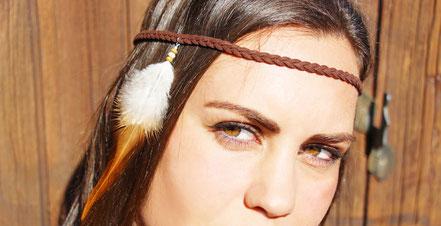 sarayana, bijoux cuir, bijoux de tête, cuir tressé, headband, accessoire cheveux ethnique chic, style amérindien, plume de coq, bijoux faits main, cuir suédé