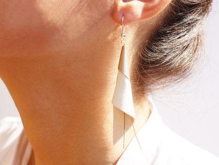 sarayana, bijoux fait main, boucles oreille cuir, bijoux cuir, blanc et argenté, bijoux élégant, bijoux raffiné, boucles oreille cône, boucles oreille arum, arum de cuir, bijoux soirée, bijoux fête, plaqué argent, bijoux  blanc et argenté, bijoux moderne