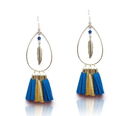 sarayana, bijoux cuir, boucles d'oreille cuir, boucles d'oreille pompon, pompon cuir, boucle d'oreille bleu doré, boucles d'oreille argent, boucles d'oreille plume, bleu électrique, boucles d'oreille pompon, boucles d'oreille créoles, bijoux fait main