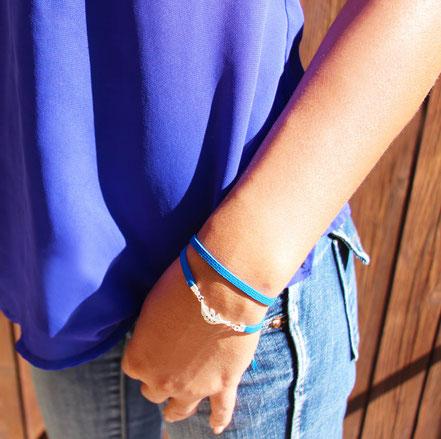 bracelet multitours en cuir, bleu électrique argenté, bracelet plume, bracelet fin, bijoux fait main, sarayana, bracelet fin, style ethnique chic
