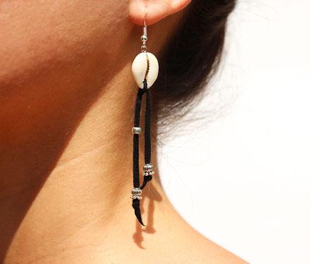 boucles d'oreille créateur, boucles d'oreille cuir, bijoux créateur, boucles d'oreille franges, ethnique-chic, boucles d'oreille coquillage cowrie, bijoux fait main, franges de cuir, bijoux ethnique-chic, sarayana, boucles d'oreille franges de cuir noires