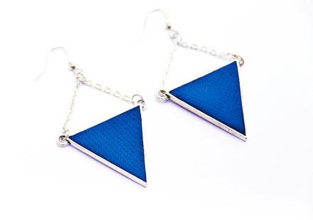 sarayana, bijoux cuir, boucles d'oreille cuir, boucles d'oreille géométrique, boucles d'oreille triangle, boucles d'oreille rouge bleu, création bijoux, créateur bijoux, bijoux fait main,