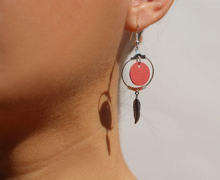 boucles d'oreille cuir corail, boucles d'oreille plumes, boucles d'oreille de créateur, cadeau noel femme, bijoux cuir