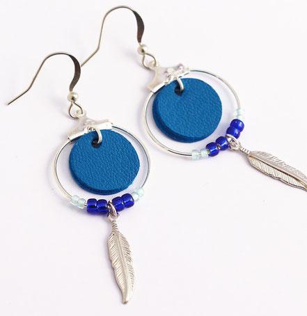 boucles d'oreille cuir,bijoux cuir, bleu électrique, bijoux argent, créôle, boucles d'oreille ethnique, bijoux ethnique, bijoux fait main, boucles d'oreille plume, plume argent, sarayana, abijoux perle miyuki, bijoux élégant, bijoux femme, bijoux raffiné,