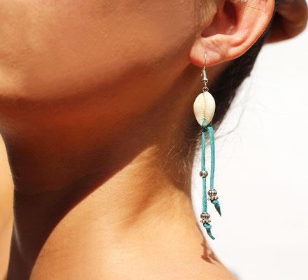 boucles d'oreille créateur, boucles d'oreille cuir, bijoux créateur, boucles d'oreille franges, ethnique-chic, boucles d'oreille coquillage cowrie, bijoux fait main, franges de cuir, bijoux ethnique-chic, sarayana, boucles d'oreille franges turquoise