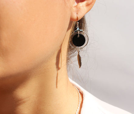 bijoux cuir, boucles d'oreille cuir, sarayana, bijoux violet et argenté, bijoux doré, boucles d'oreille plume argent, bijoux ethnique-chic, bijoux fait-main, boucles d'oreille ethnique-chic, boucles d'oreille créôle, bijoux élégant, bijoux créateur