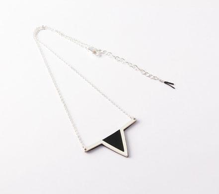 bijoux cuir, collier cuir, noir et argent, collier géométrique, collier triangle, bijoux géométrique, plaqué argent, bijoux moderne, bijoux élégant, bijoux de soirée, bijoux fait main, sarayana