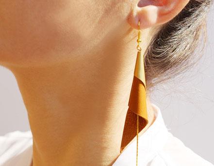 sarayana, bijoux fait main, boucles oreille cuir, bijoux cuir, camel et doré, bijoux élégant, bijoux raffiné, boucles oreille cône, boucles oreille arum, arum de cuir, bijoux soirée, bijoux fête, plaqué or, bijoux  marron et or, bijoux moderne,
