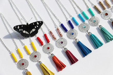 bijoux créateur, création bijoux, bijou de créateur, bijoux fait main, sarayana, sautoir bohème, bohème-chic, bijou coloré, collier gipsy, violet et argenté,bijoux romantique, sautoir pompons, bijoux cuir, sautoir franges de cuir, pompon cuir