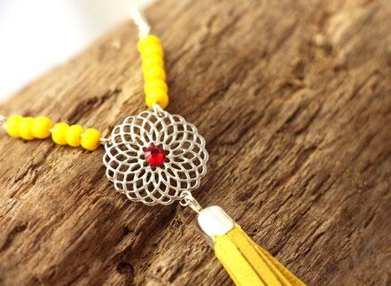 sarayana, création bijoux, créateur bijoux, bijoux cuir, sautoir cuir, sautoir pompon, pompon cuir jaune, sautoir bohème chic, bijoux bohème chic