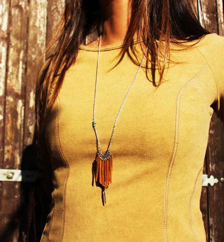 sarayana, bijoux cuir, sautoir lanières de cuir, sautoir amérindien, franges de cuir, plume argent, bijoux fait main, sautoir marron, ethnique