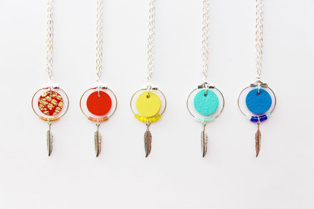collier cuir, bijoux cuir, collier plume, collier argent, ras de cou, Rouge et argenté, collier chaîne, bijoux créateur, bijou fait main, bijoux ethnique-chic, collier élégant, bijoux soirée, bijoux fin, collier raffiné, collier court,