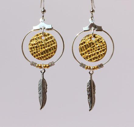 boucles d'oreille cuir, bijoux cuir, doré, bijoux argent, créôle, boucles d'oreille ethnique, bijoux ethnique, bijoux fait main, boucles d'oreille plume, plume argent, sarayana, abijoux perle miyuki, bijoux élégant, bijoux femme, bijoux raffiné,