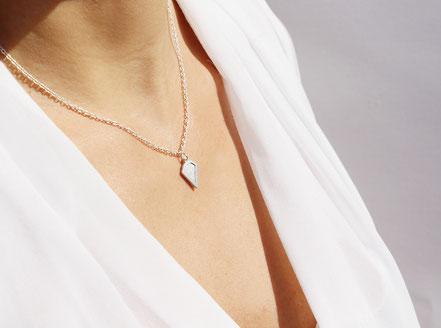 collier cuir, collier argent, argenté, collier diamant, bijoux fait main, bijoux cuir, bijoux géométrique, collier ras de cou, collier fin, bijoux élégant, bijoux moderne, collier coloré, collier été, bijoux été,bijoux raffiné