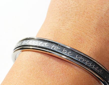 bracelet jonc, bracelet cuir, bracelet lanière de cuir, bracelet à message, bracelet argent, cuir argent, bracelet de créateur, cadeau original