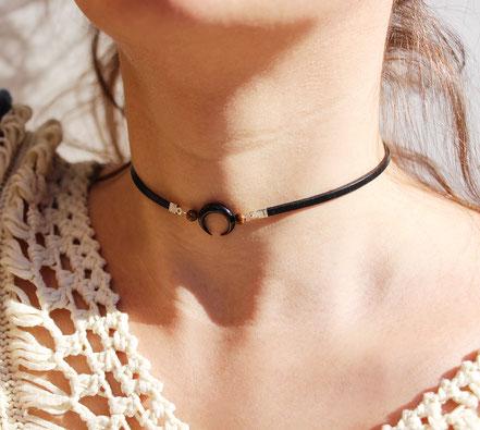 collier ras du cou, tour de cou, collier lanière de cuir noire, collier lune, choker, lune en corne taillée, collier pierre, choker necklace