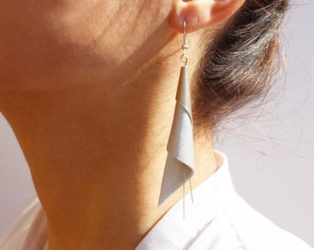 sarayana, bijoux fait main, boucles oreille cuir, bijoux cuir, argenté, bijoux élégant, bijoux raffiné, boucles oreille cône, boucles oreille arum, arum de cuir, bijoux soirée, bijoux fête, plaqué argent, bijoux  argenté, bijoux moderne,