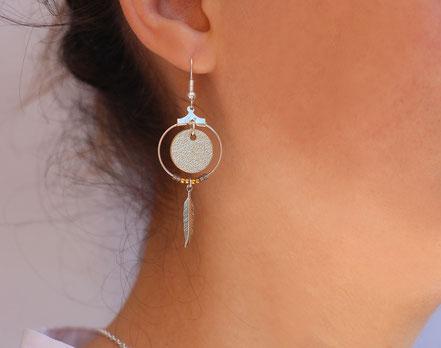 bijoux cuir, boucles d'oreille cuir, sarayana, bijoux doré et argenté, bijoux doré, boucles d'oreille plume argent, bijoux ethnique-chic, bijoux fait-main, boucles d'oreille ethnique-chic, boucles d'oreille créôle, bijoux élégant, bijoux créateur
