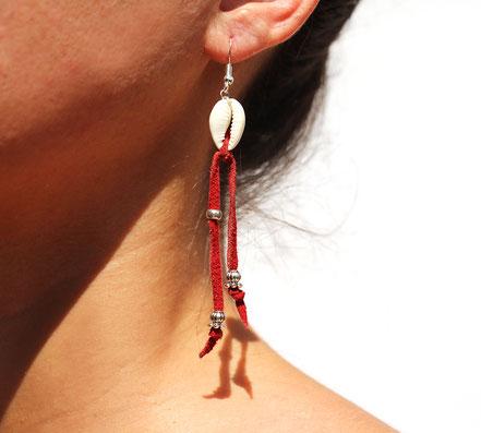 boucles d'oreille créateur, boucles d'oreille cuir, bijoux créateur, boucles d'oreille franges, ethnique-chic, boucles d'oreille coquillage cowrie, bijoux fait main, franges de cuir, bijoux ethnique-chic, sarayana,