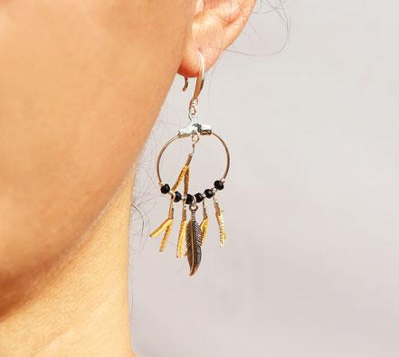 boucles oreille cuir, boucles oreille argent, boucles oreille plume, boucles oreille ethnique, bijoux fait main, bijoux ethnique-chic, bijoux raffiné, boucles d'oreille élégantes, bijoux cristaux de verre, bijoux franges de cuir, bijoux créateur, sarayana