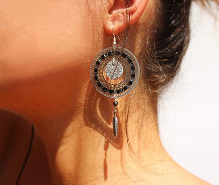 bijoux créateur, bijou fait main, bijoux cuir, créateur de bijoux, créatrice bijou, boucles d'oreille cuir, bijoux noir argenté, boucles d'oreille noir et argent, boucles d'oreille créôle, boucles d'oreille argent, bijoux plume, plume argent, sarayana,