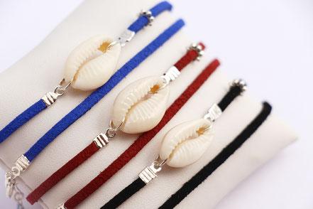 bijoux créateur, bracelet créateur, bijoux fait main, bracelet cuir, bracelet double touts, bracelet multi tours, bracelet cowrie, bracelet bleu électrique, bijoux été, bracelet été, bracelet cuir suédé, bracelet plage, bracelet coquillage,bijoux ethnique