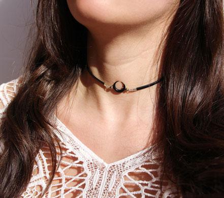 collier ras de cou, collier tour de cou, ras de cou cuir noir, tour de cou lune en corne taillée, collier pierre, collier boho, ethnique-chic