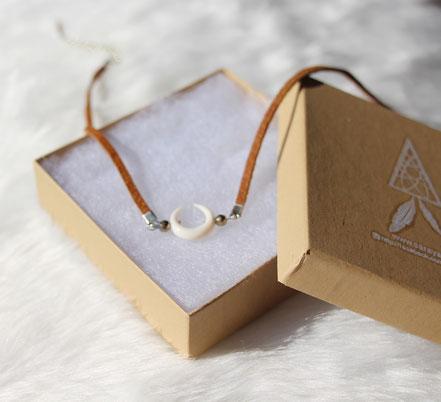 collier ras du cou, collier tour de cou, choker necklace, collier lanière cuir marron, collier lune os taillé, collier pyrite