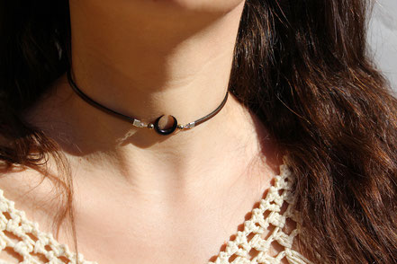 collier ras de cou, collier tour de cou, ras du cou cuir, collier lanière de cuir noir, collier lune corne taillée, collier pyrite, bijou pyrite, collier court