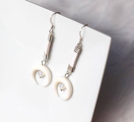 boucles d'oreille lune os taillé blanche, boucles d'oreille opale, boucles d'oreille cuir blanc, boucles d'oreille argent