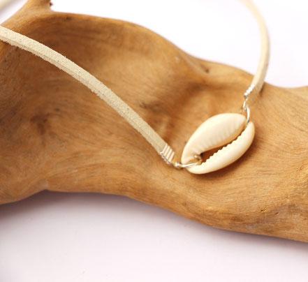 bijoux créateur, collier créateur, bijoux fait main, collier ras de cou, collier cuir, collier coquillage cowrie, collier court, collier blanc, lanière de cuir ras de cou, sarayana, ethnique-chic, bijoux cuir, collier cuir, bijoux d'été, bijoux plage,