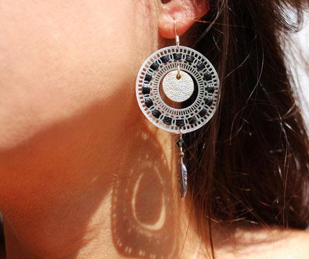 bijoux créateur, bijou fait main, bijoux cuir, créateur de bijoux, créatrice bijou, boucles d'oreille cuir, bijoux noir argenté, boucles d'oreille argentées noires, boucles d'oreille créôle, boucles d'oreille argent, bijoux plume, plume argent, sarayana,