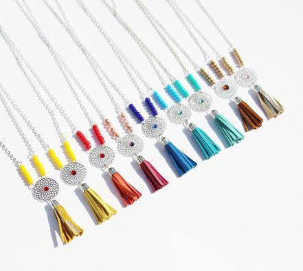bijoux créateur, création bijoux, bijou de créateur, bijoux fait main, sarayana, sautoir bohème, bohème-chic, bijou élégant, collier fait main, camel et argenté, collier long, sautoir pompons