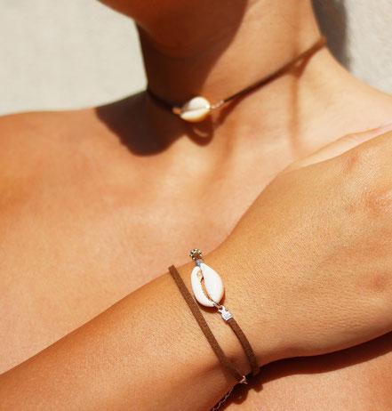 bijoux créateur, collier créateur, bijoux fait main, collier ras de cou, collier cuir, collier coquillage cowrie, collier court, collier marron, lanière de cuir ras de cou, sarayana, ethnique-chic, bijoux cuir, collier cuir, bijoux d'été, bijoux plage,