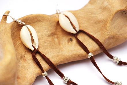 boucles d'oreille créateur, boucles d'oreille cuir, bijoux créateur, boucles d'oreille franges, ethnique-chic, boucles d'oreille coquillage cowrie, bijoux fait main, franges de cuir, bijoux ethnique-chic, sarayana, bijoux franges de cuir marron foncé