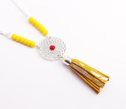 bijoux créateur, création bijoux, bijou de créateur, bijoux fait main, sarayana, sautoir bohème, bohème-chic, bijou coloré, collier hippie-chic, jaune et argenté,bijoux festival, sautoir pompons