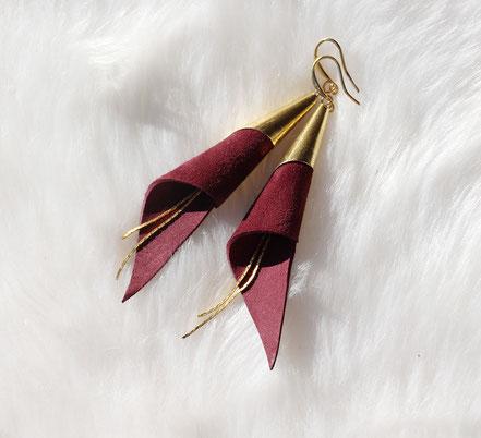 boucles d'oreille arum, boucles d'oreille cuir suédé, bijoux bordeaux et doré, boucles d'oreille bordeaux, boucles d'oreille cone, boucles d'oreille plaqué or, boucles d'oreille cuir
