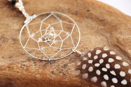 bijoux attrape rêve, collier capteur de rêve, dreamcatcher, bijoux fait main, plume de pintade, collier plumes, collier long, sarayana, noir et blanc
