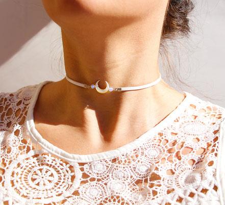 collier ras de cou, collier tour de cou, collier cuir blanc, collier nacre taillée, bijoux été, collier tendance, lune nacre, collier opale