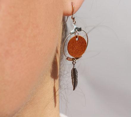 boucles d'oreille cuir, bijoux cuir, marron argenté, bijoux argent, créôle, boucles d'oreille ethnique, bijoux ethnique, bijoux fait main, boucles d'oreille plume, plume argent, sarayana, bijoux perle miyuki, bijoux élégant, bijoux femme, bijoux raffiné,