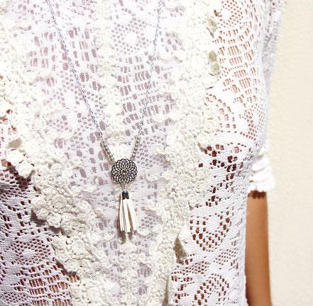 bijoux créateur, création bijoux, bijou de créateur, bijoux fait main, sarayana, sautoir bohème, bohème-chic, bijou mariage, collier mariage, blanc et argenté,bijoux romantique, sautoir pompons