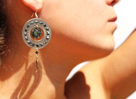 bijoux créateur, bijou fait main, bijoux cuir, créateur de bijoux, créatrice bijou, boucles d'oreille cuir, bijoux noir et argenté, boucles d'oreille noire argent, boucles d'oreille créôle, boucles d'oreille argent, bijoux plume, plume argent, sarayana,
