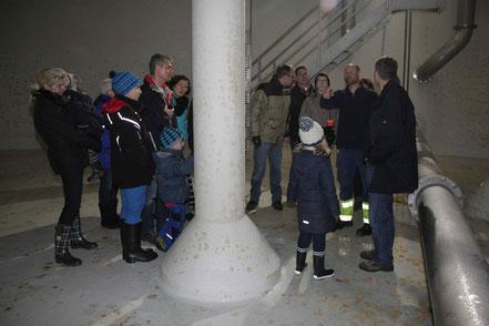 Besichtigung des unterirdischen Wasserreservoirs beim Aussichtsturm